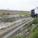 Un camionero borracho se queda colgando sobre una acequia a cinco metros de altura