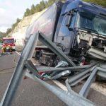 Un camionero salva la vida al atravesar un quitamiedos su camión en Gata