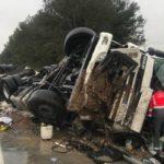 Herido grave el conductor de un camión que transportaba fruta tras volcar cerca de Marcilla