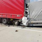 Muere un conductor de 27 años aplastado contra un camión en una retención
