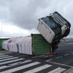 Vuelca un camión en Los Majuelos quedando en una difícil postura