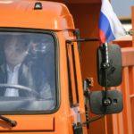 Putin escenifica la unión entre Crimea y Rusia al volante de un camión