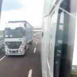 Llevar durante quince kilómetros al lado a un camión que te quiere adelantar en prohibido ¿Qué es?