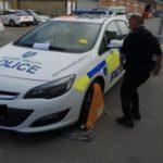 Ponen un cepo a un coche de la policía mal estacionado