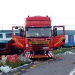 Dos muertos y 30 heridos cuando un camión lituano cruzó en rojo con la barrera bajando