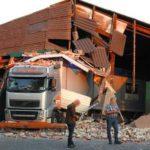 Un camionero echa abajo la fachada de un almacén tras subir la suspensión