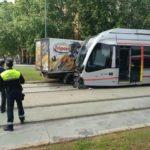 Heridos los conductores de un camión y el Metrocentro de Sevilla al colisionar entre ellos