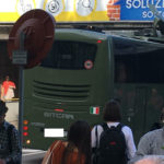 Un autobús del ejercito italiano encajado bajo un puente