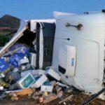 Vuelca un camión cargado de paquetes en la AP-7 en la Llosa