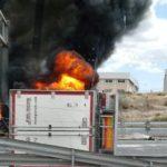 Vuelca y se incendia un camión con dos ocupantes en la A-7 en Elche