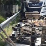 Un camión se accidenta, sale ardiendo y ¡¡Sorpresa!! iba cargado con pastillas de hachís