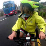 Emociona la reacción de una niña de 4 años en bicicleta al ser bien adelantada por un camión