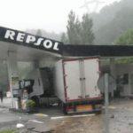 Desalojan una gasolinera en Behobia tras empotrarse un camión que iba a repostar