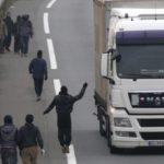 Dos inmigrantes hieren de «gravedad» a un camionero con una cuchilla de afeitar.