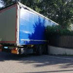 Un tráiler conducido por un camionero rumano, se atasca en una calle prohibida a camiones