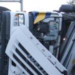 Fallece un trabajador al volcar el camión que transportaba en Santaella