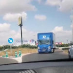 Un camión circula marcha atrás en contradirección por la pista de Silla