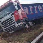 """Un camión de """"Carreras"""", deja dos heridos al colisionar con un coche averiado en la A-52"""