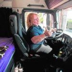 Los camiones de las grandes compañías se tiñen de violeta
