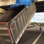 Un camión pierde su caja en mitad de la autovía al colisionar contra un puente