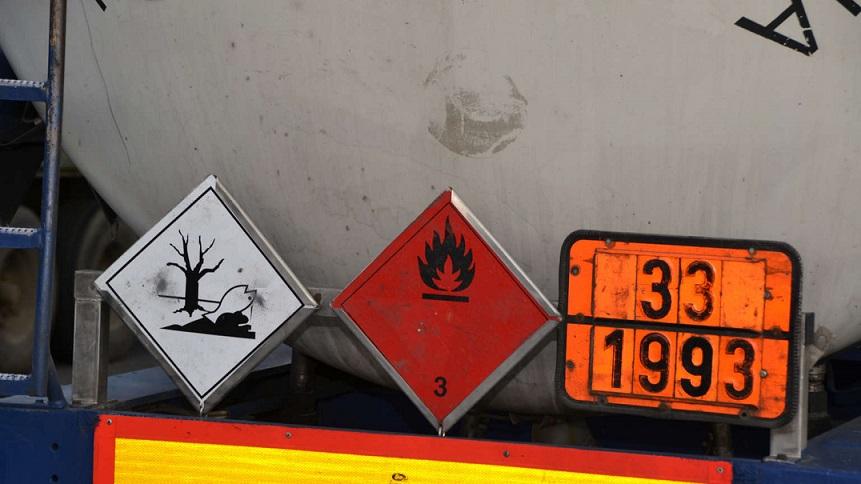 Detenido un conductor de mercancías peligrosas con 2,67 mg/l de alcohol,  tan borracho que cae del camión encima de la policía