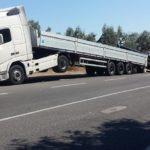 Un camión pierde la carga y queda en difícil postura