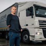 Un camionero sin manos, recorre Europa en un tráiler de 40 toneladas