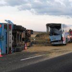 Detenido un camionero al colisionar contra un autobús escolar cuando utilizaba el móvil, dejando 7 heridos, 3 niñas graves