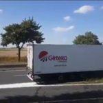 Un camión de Girteka marcha atrás  en la autovía A20  – VÍDEO