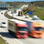 Un objeto metálico de un camión impacta contra un coche y casi mata a la conductora y su bebé