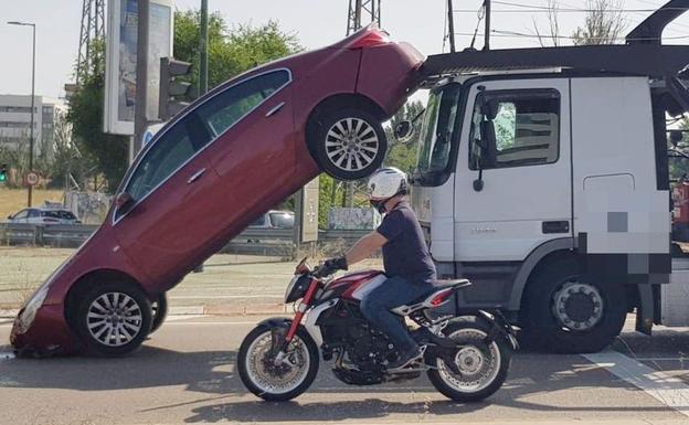 Un camión portavehículos 'pierde' uno de sus coches al parar en un semáforo en Valladolid