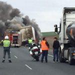 El incendio de un camión provoca un monumental atasco en la A-49