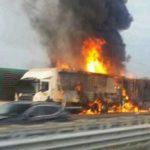 Mueren carbonizados en la A-4 tras la colisión y posterior incendio de un camión y una furgoneta