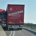 Cierran una salida de autopista por el atasco de dos camiones en la A13