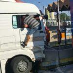 Un camión se  estrella contra el pilar de contención del peaje de la Jonquera