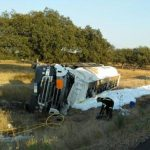 Fallece el conductor de un camión que transportaba combustible al salirse de la vía en La Roca de la Sierra