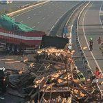 Dos personas atrapadas en la cabina tras chocar dos camiones  en la A1