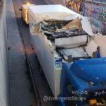 Desvíos de tráfico en Torreblanca por el choque de un camión contra la parte superior de un túnel