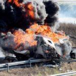 Arde un camión cisterna lleno de gasolina tras colisionar con otro camión portavehiculos en la A1  en Agurain (Álava)