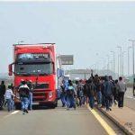 97 inmigrantes intentaron cruzar a Inglaterra, cortando las lonas de los camiones