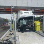 Un camionero grave al estrellarse contra el muro de contención del peaje de Saint-Avold, en la autopista A4