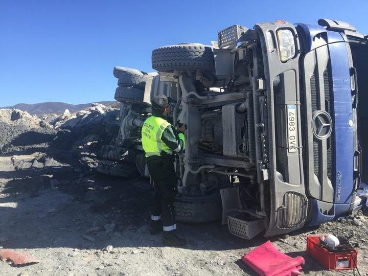 Muere un camionero al balancearse hacía atrás el camión y caer por un desnivel, cuando descargaba desechos de las obras del AVE