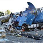 Un camión se estrella contra dos coches de la policía y un restaurante de un área de servicio
