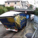 Un camión de Waberer atascado bajo el puente subterráneo de Dragonara