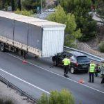 Un camión pierde el remolque y lo empotra contra un coche