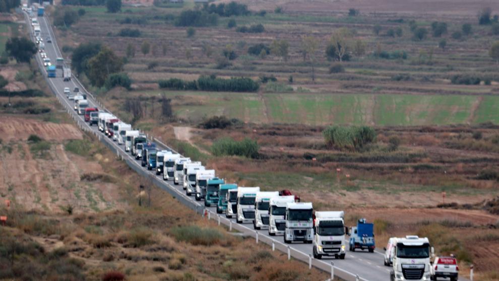 Las marchas lentas de camiones provocan hasta 8 kilómetros de cola en la A-7