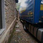 Un camión atrapado en las calles de Rio de Onor