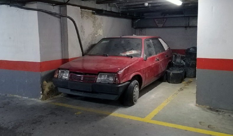 El misterio que rodea al coche abandonado en un parking de Oviedo