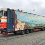 La policía intercepta un camión con una carga muy excesiva e insegura