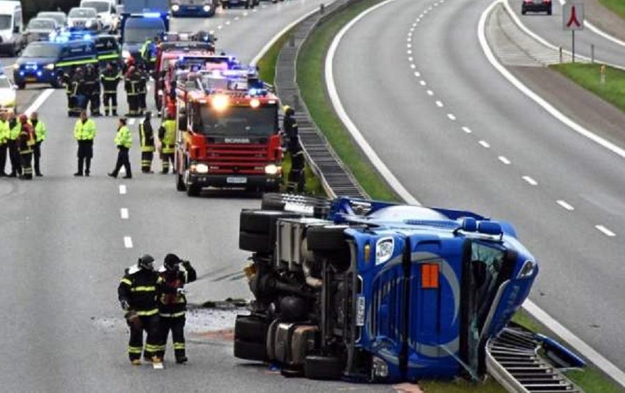 Buscan a un conductor rumano que provocó el vuelco de una cisterna de metanol y glicerina y despareció en Dinamarca